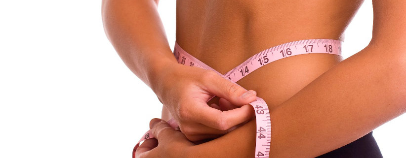 Donna che misura il girovita